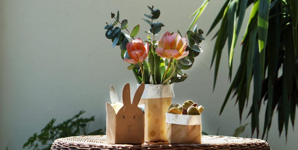 Fertige selbstgebastelte Osterkörbchen mit Blumendeko und Veganer Ostereier Kekse