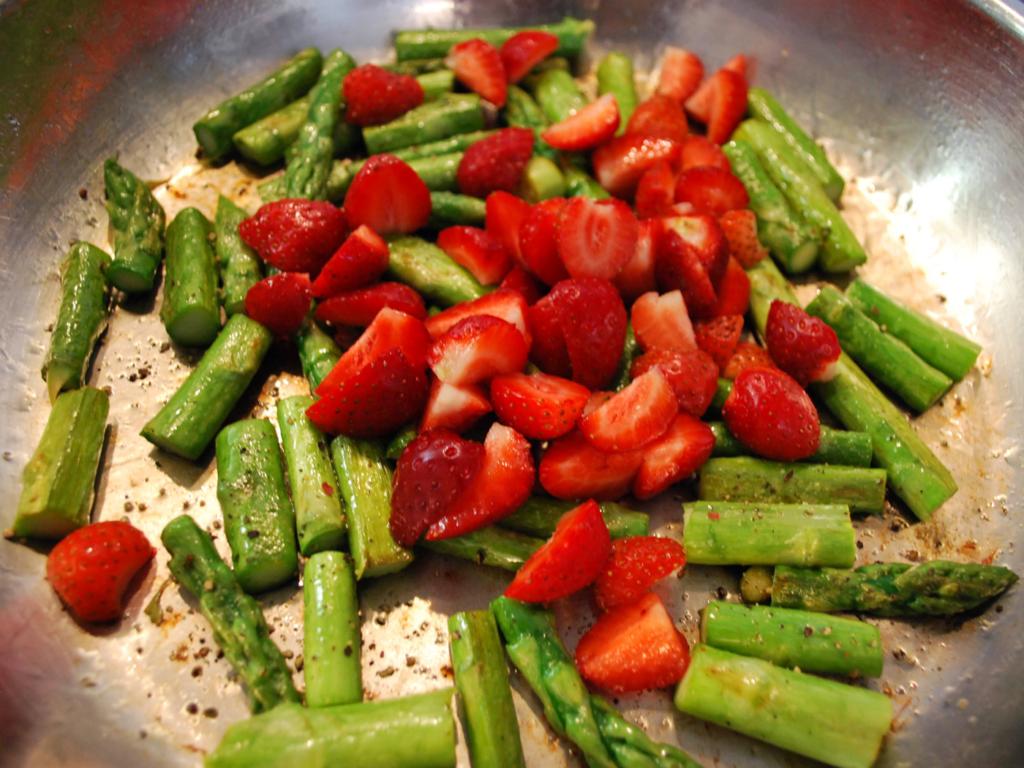 Erdbeer-Spargel-Salat mischen