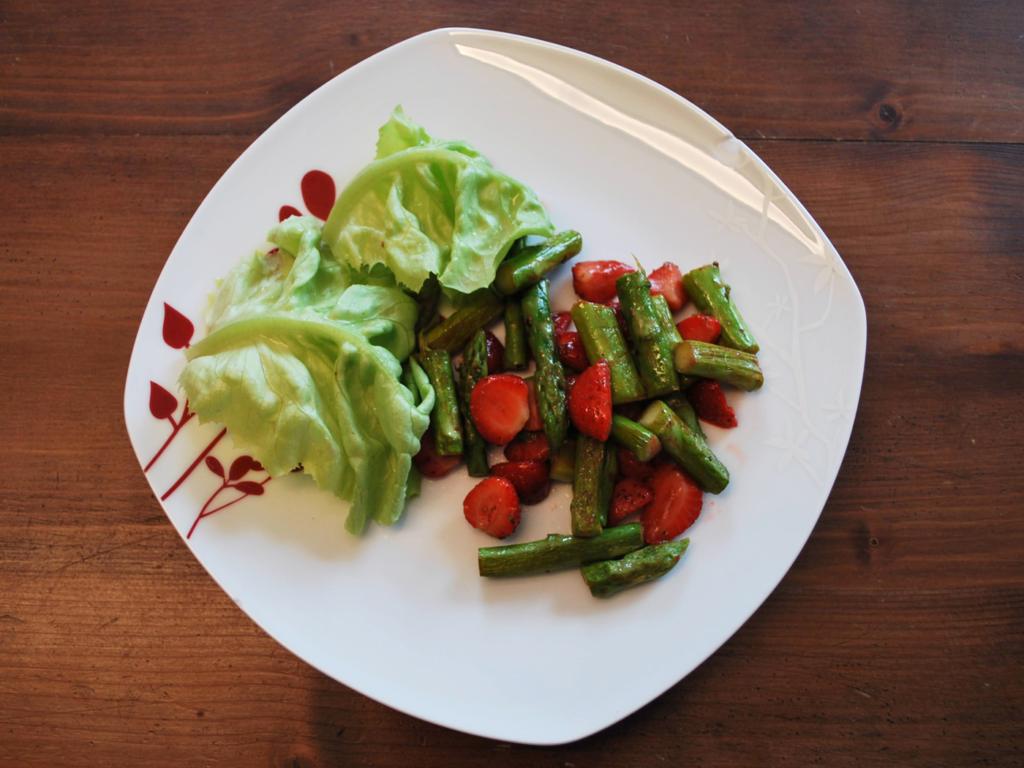 Erdbeer-Spargel-Salat anrichten