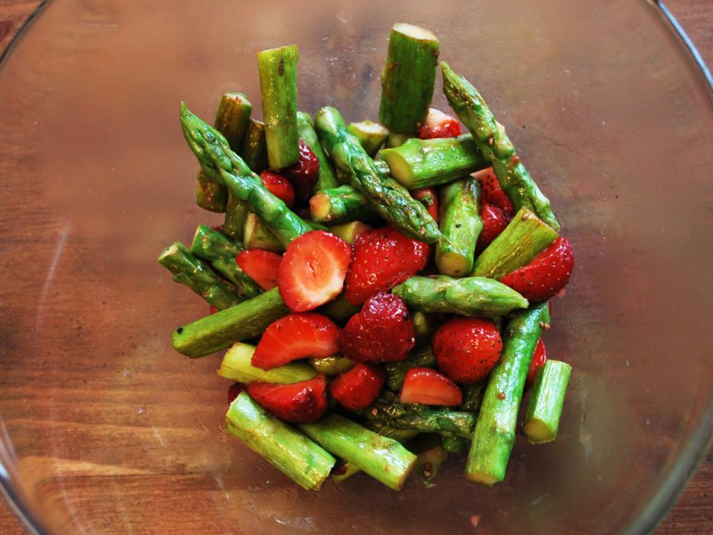 Erdbeer-Spargel-Salat anmachen