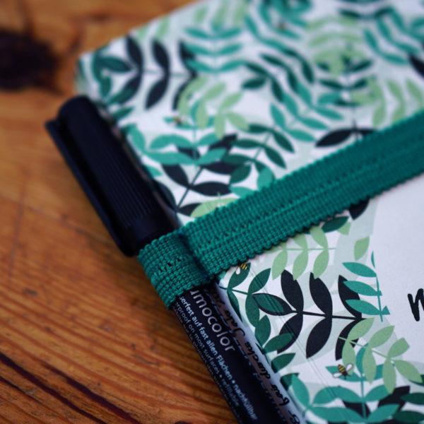 Kalender: Achtsam, nachhaltig und fair durchs Jahr 2021 mit einem farblich passenden, grünen Gummiband mit Schlaufe für einen Stift